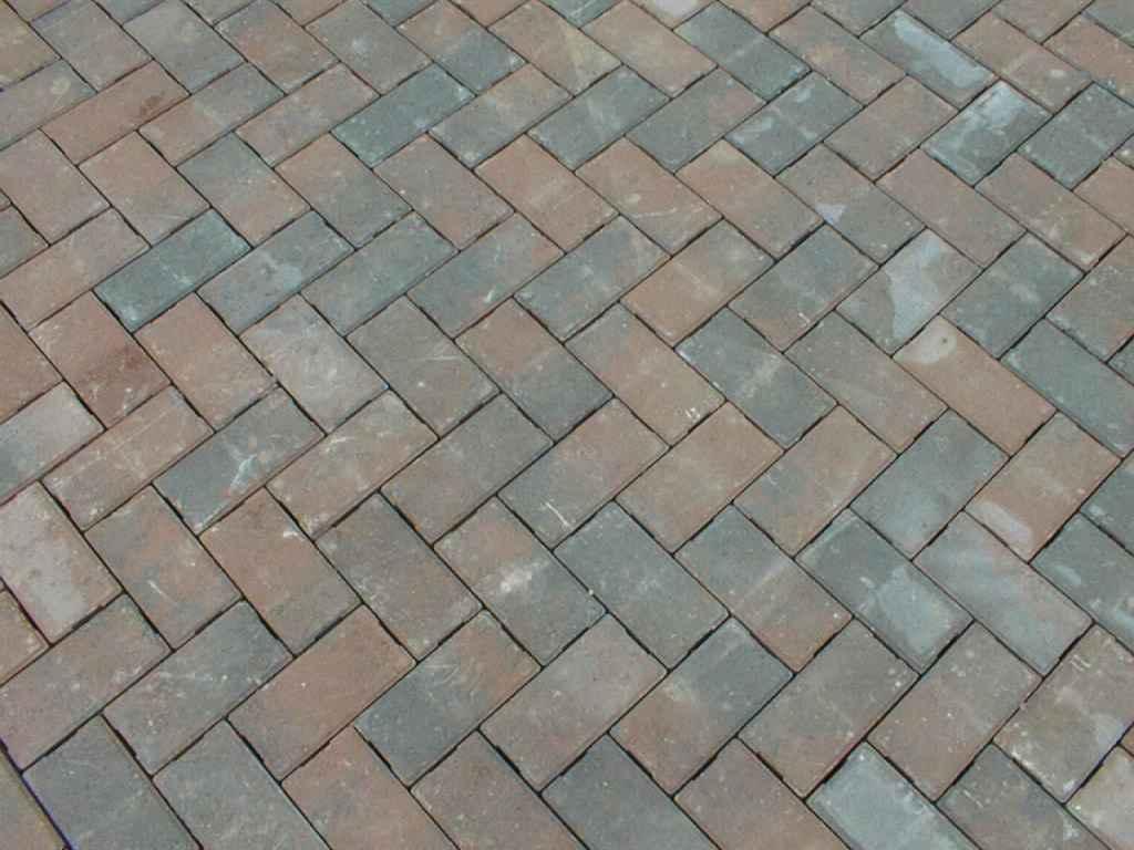 Чистим тротуарную плитку от грязи